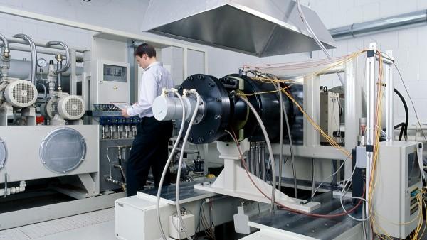 Naše servisné výkony zahŕňajú okrem vývoja a výroby opísaných produktov taktiež vykonanie pokusov a predbežných skúšok na skúšobných saniciach a ďalej diagnostiku a opravy vysoko kvalitných ložísk.
