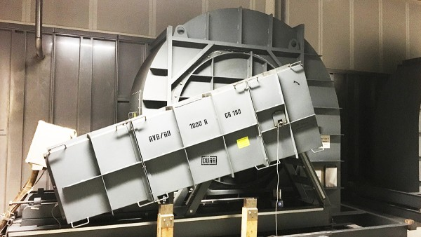 Radiálny ventilátor s remeňovým pohonom v oblasti odpadového vzduchu lakovacej linky